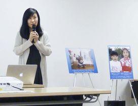 追悼集会で自身の体験を話す入江杏さん=9日午後、東京都港区