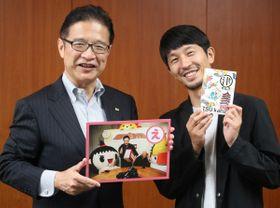 【前葉市長(左)に完成した「津カルタ」を披露する浅田氏=津市役所で】