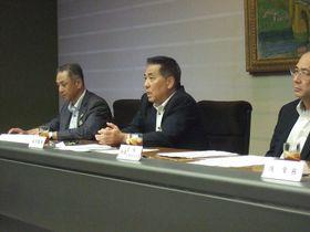 FFGと十八銀行の統合について見解を述べた坂井頭取(右)=佐賀市唐人2丁目、佐賀銀行本店
