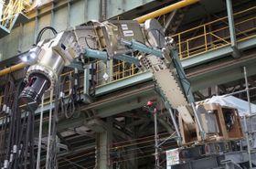 福島第1原発の溶融核燃料取り出しに向け試作された大型ロボットアーム=2018年2月、神戸市の三菱重工業神戸造船所