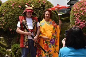 着物を羽織り写真撮影に興じる体験ツアーの参加者