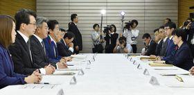 首相官邸で開かれた非常災害対策本部会議=15日午前
