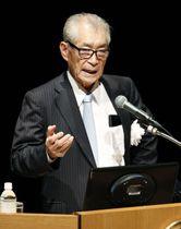 神戸市で開かれたシンポジウムで講演する京都大の本庶佑特別教授=19日午後
