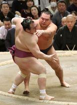 鶴竜(右)が押し出しで宝富士を下す=エディオンアリーナ大阪