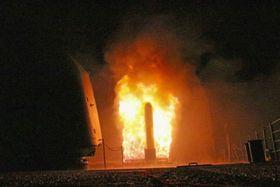 14日、米軍艦から発射される巡航ミサイルのトマホーク(米海軍提供・共同)