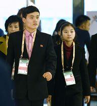 四大陸フィギュア出場のため、台北入りした北朝鮮のリョム・テオク(右)、キム・ジュシク両選手=21日、台北市内のホテル(共同)