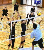 高梁市でのキャンプ初日に汗を流す岡山シーガルズの選手たち=成羽体育館
