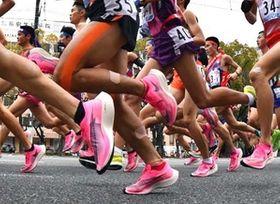 高速レースの一因となった厚底シューズ。1区でもピンクの足元が目立った(撮影・高橋洋史)