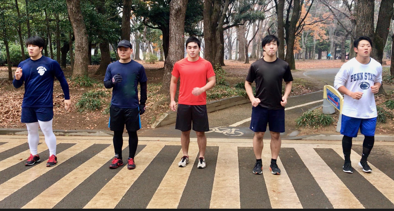 オフのトレーニングに励む早稲田大学の選手たち=東京・代々木公園