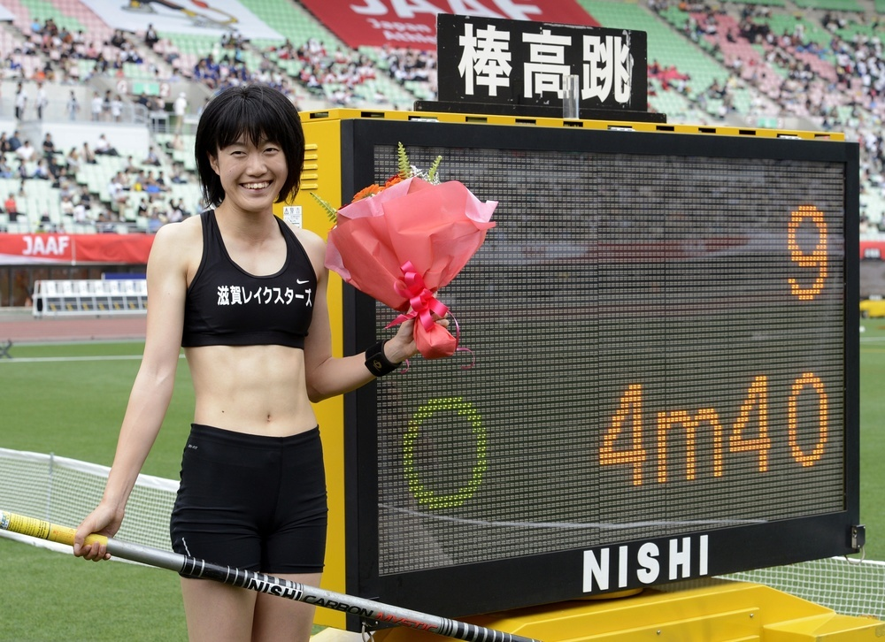2012年6月の陸上日本選手権女子棒高跳びで4㍍40の日本新をマークした我孫子智美=大阪市の長居陸上競技場
