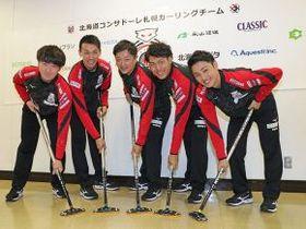 ブラシを手にポーズを決める所属選手。(左から)相田、清水、阿部、谷田、松村