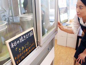 店内に設置された電動石臼。土日に日替わりでさまざまな品種のひき立て抹茶を振る舞う(和束町釜塚・d:matcha Kyoto)