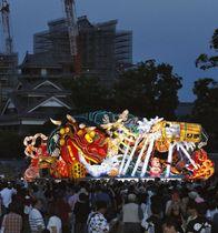 熊本地震からの復興を願い、「ラッセラー」の掛け声とともに熊本城二の丸広場を練り歩く青森の大型ねぶた。後方は修復中の熊本城=2日夕