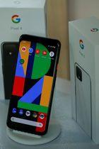 グーグルが発表した新型スマートフォン「ピクセル4」=15日、ニューヨーク(ロイター=共同)
