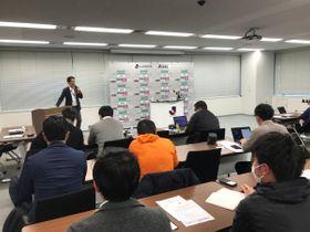 村井チェアマンの会見が急きょ中止となったことを告げるJリーグの広報担当者=17日、東京都文京区