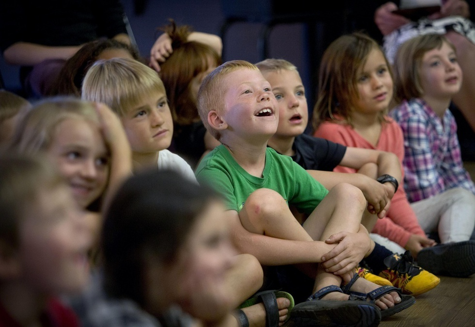 米オレゴン州アシュランド市で大島希巳江の英語落語を聞いて笑う子どもたち(撮影・高橋邦典、共同)