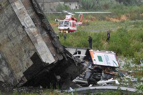 イタリア北部ジェノバの高速道路高架橋の崩落現場=14日(ANSA・AP=共同)