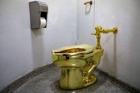 米ニューヨークのグッゲンハイム美術館に設置されていた金の便器=2017年8月(ロイター=共同)