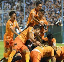磐田―清水 PK戦を制し喜び合う清水イレブン=ヤマハスタジアム