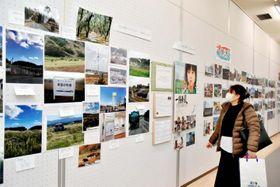 東日本大震災被災地の10年の歩みを伝える写真展=3日午後、松山市堀之内