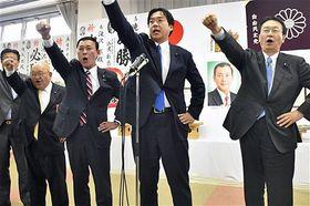 「ガンバロー」三唱する滝沢氏(右から3人目)