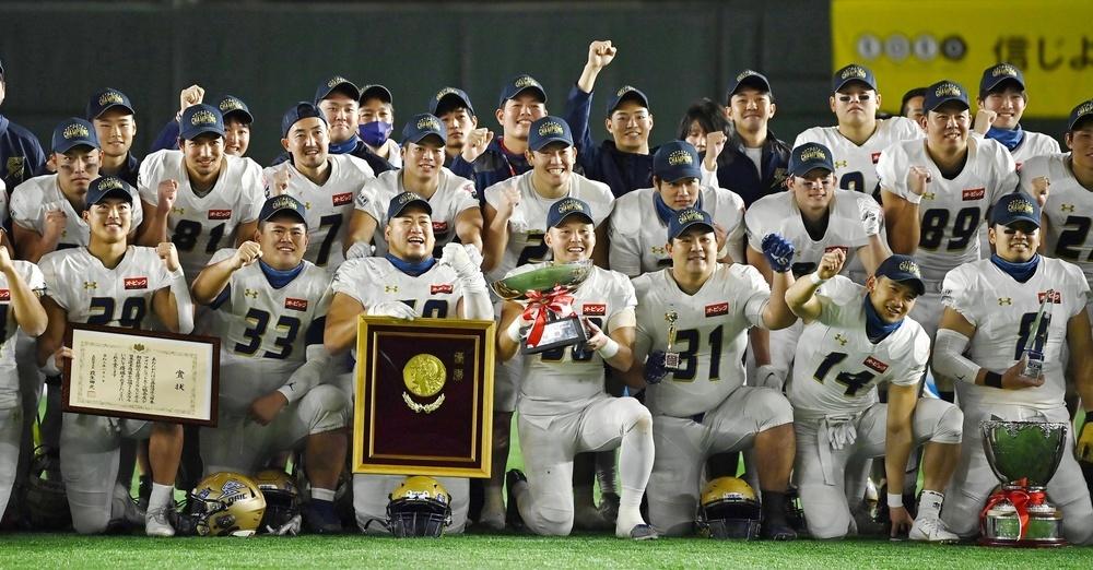 7年ぶり8度目の優勝を果たし、笑顔で記念写真に納まるオービックの選手たち=東京ドーム