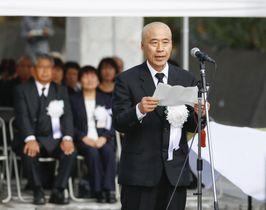 戦没者追悼式で、遺族を代表し追悼の言葉を述べる梅田光明さん=17日午後、東京都小笠原村の硫黄島