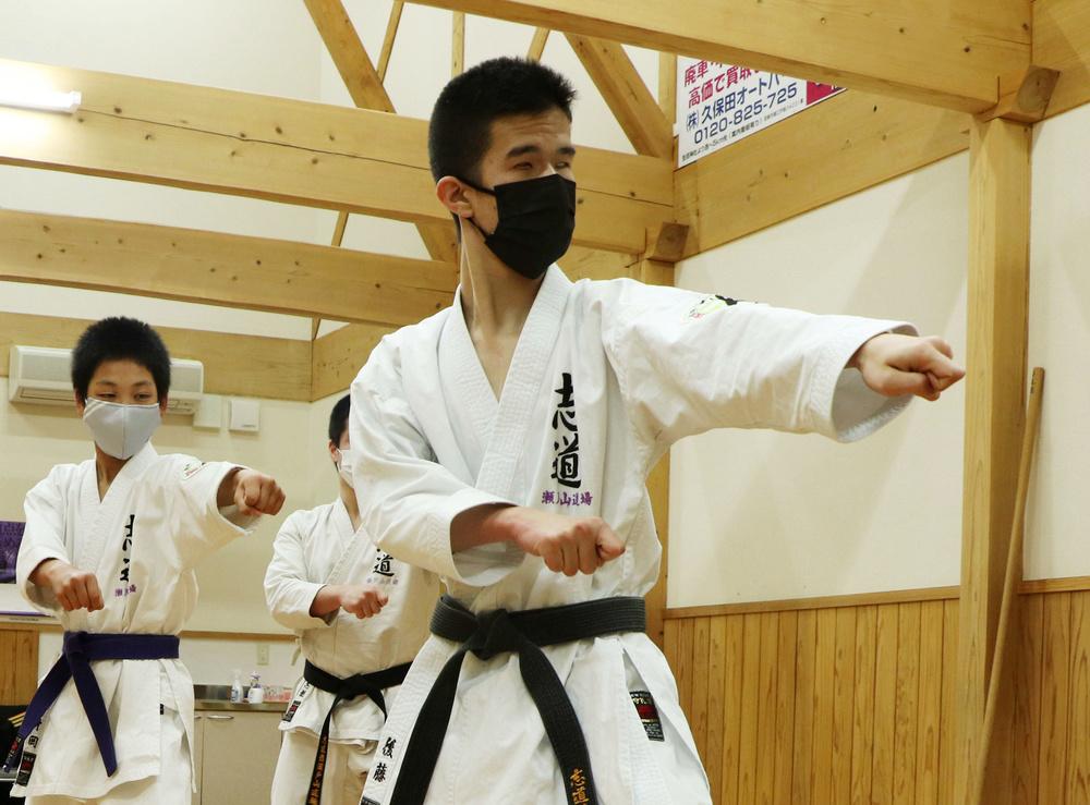宮崎市の空手道場で練習する後藤海翔さん(手前)=8日