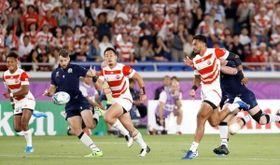 日本-スコットランド 前半、キックするラファエレ(右端)とボールを追う福岡(左から2人目)