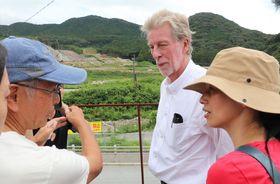石木ダムの建設予定地を訪れ、住民らの話に耳を傾けるデイビッドソン氏(中央)=川棚町