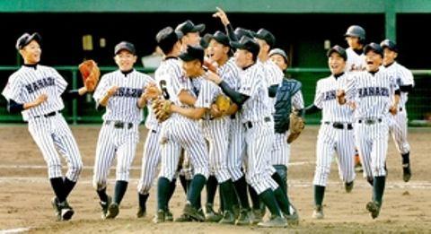 初優勝を決め、マウンドに駆け寄り喜びを爆発させる金津ナイン=9月、福井県営球場