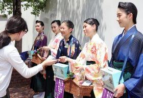 小児がん患者のための募金活動をする宝塚音楽学校の生徒たち=宝塚市栄町1