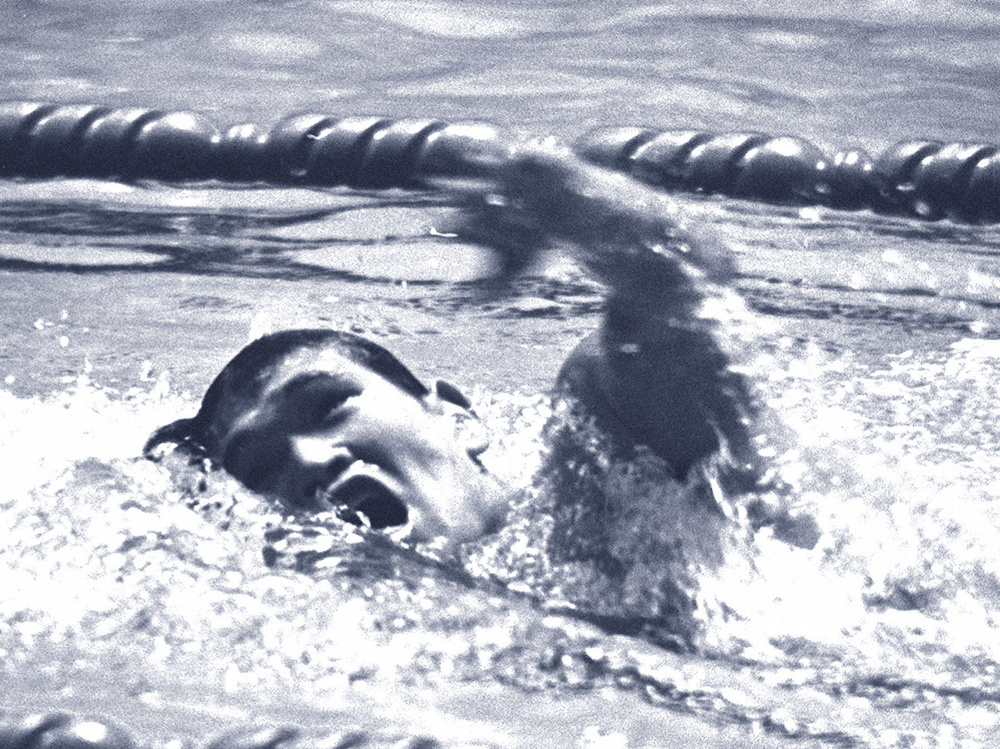北國新聞社提供、1964年東京五輪の競泳男子400㍍自由形予選で力泳する山中毅=東京・国立代々木競技場