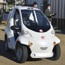 トヨタ自動車などが公開した小型EVの無人配車、回送実験で、デモ走行する自動運転装置搭載の車両=13日午後、愛知県豊田市