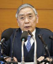 金融政策決定会合後に記者会見する日銀の黒田総裁=21日午後、日銀本店
