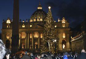 バチカンのサンピエトロ大聖堂を背に点灯されたクリスマスツリー=5日(共同)