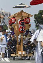 京都・祇園祭後祭の「山鉾巡行」で仮復帰した「鷹山」=24日