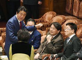 衆院予算委の集中審議に臨む安倍首相。右端は加藤厚労相=20日午前