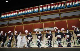 「東をどり」の本番を前に、リハーサルの舞台ざらいでフィナーレの踊りを舞う新橋芸者=23日午後、東京・新橋演舞場