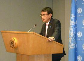15日、ニューヨークの国連本部で記者会見する河野外相(共同)