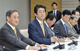 月例経済報告等に関する関係閣僚会議に出席する安倍首相(左から2人目)ら=22日午後、首相官邸