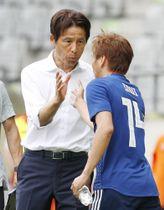 日本―パラグアイ 後半、勝ち越しゴールを決めた乾(右)とタッチする西野監督=インスブルック(共同)
