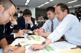 気象情報を踏まえ防災対応を考える自治体職員ら=鹿児島県庁