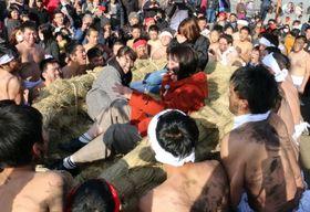 女性を乗せた大草履を担ぎ上げる締め込み姿の男衆=五島市下崎山町