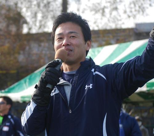 開会に先立ちあいさつするハドルボウル実行委員長の堀古さん=3日、川崎球場