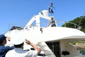 プレジャーボートに安全パトロール旗を掲揚する吉岡さん=姫路市的形町的形