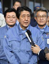 避難所を訪問後、宮城県丸森町で記者の質問に答える安倍首相=17日午後