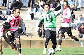 岐阜戦に向けて練習する石原(右から2人目)や藤田(同3人目)ら松本山雅の選手たち