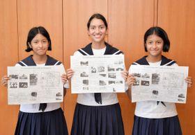 作製したスペイン語版の丸亀城観光パンフレットを手にする生徒=丸亀市役所
