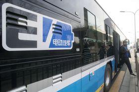 北京市内を走るEVバス=3月(共同)